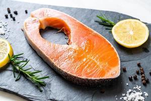 filé de salmão cru fresco foto