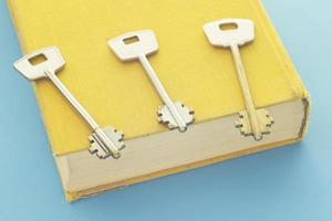 livro e chaves em fundo azul foto