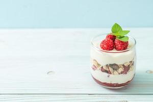 Framboesa fresca e iogurte com granola - estilo de comida saudável foto