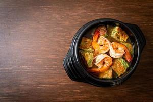 sopa azeda de pasta de tamarindo com camarão e omelete de vegetais foto