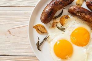 ovo frito duplo caseiro com linguiça de porco frita - no café da manhã foto