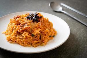arroz frito kimchi com algas marinhas e gergelim branco - comida coreana foto