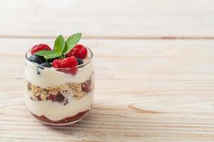 Framboesa e mirtilo caseiros com iogurte e granola - estilo de comida saudável foto