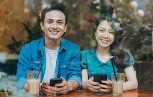 jovem casal asiático namoro em cafeteria foto