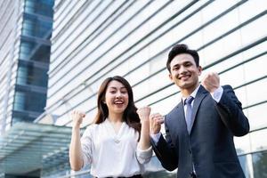 retrato de dois empreendedores com expressão de vitória foto