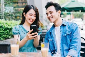 jovens asiáticos trabalhando juntos em uma cafeteria foto