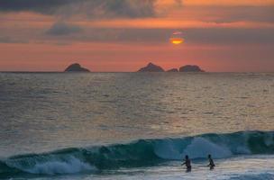 pôr do sol na praia de ipanema foto