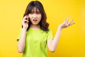 a jovem asiática estava ao telefone com uma expressão irritada foto
