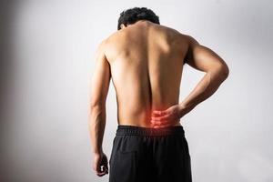 um retrato de um homem tocando uma dor nas costas foto