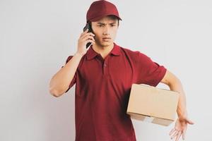 retrato de um entregador segurando uma caixa de carga e ouvindo o telefone ao fundo foto