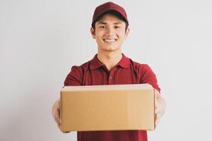 retrato de um entregador segurando uma caixa de carga, plano de fundo foto