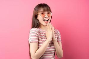 imagem de jovem asiática vestindo camiseta rosa em fundo rosa foto