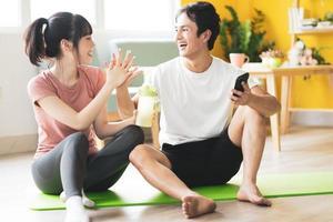 casal asiático sentado e conversando depois da academia foto