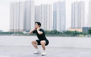 jovem asiático se exercitando no parque foto