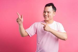 o homem asiático apontou a mão para o lado foto