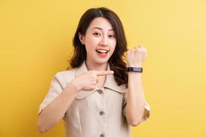 empresária asiática usando smartband na mão para monitorar as calorias queimadas foto