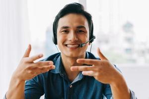 o homem asiático está tendo uma discussão online com seus subordinados foto