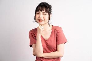 jovem mulher asiática posando em fundo branco foto