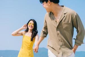 jovem casal asiático curtindo as férias de verão na praia foto