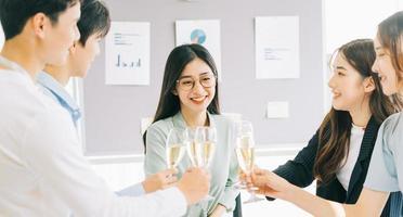 grupo de empresários comemorando o sucesso do projeto na empresa, festa de final de ano, feliz ano novo foto