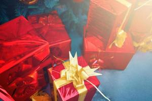 árvore de natal com enfeites e presentes. foto