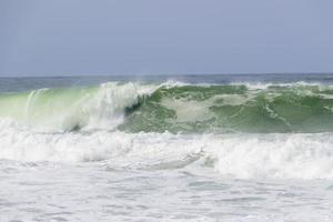 onda na praia do leme em copacabana no rio de janeiro foto