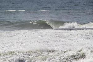 onda no shorebreak em copacabana no rio de janeiro foto