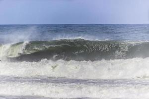 onda na praia do arpoador no rio de janeiro foto