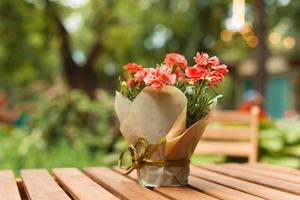 foto de um lindo vaso com flores na mesa do café