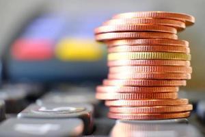 conceito de economia de dinheiro, fundo de empilhamento de moedas, moedas de publicidade de finanças e bancos foto