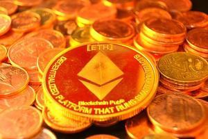 moedas de criptomoeda na mesa e conceito de dinheiro de moeda digital, mercado de criptografia, conceito de sistemas financeiros de criptomoeda, fundo de moedas de ouro foto