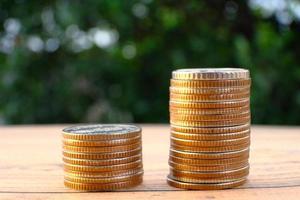moedas no fundo da mesa e economia de dinheiro e conceito de crescimento de negócios, conceito de finanças e investimento, investir para fazê-lo crescer ainda mais, dinheiro de crescimento de lucratividade de investimento profissional foto
