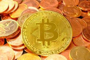 moedas de criptomoeda na mesa e conceito de moeda digital, dinheiro digital no futuro, fundo de moedas de ouro foto