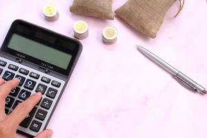 moedas no fundo da mesa e economia de dinheiro e conceito de crescimento de negócios, conceito de finanças e investimento, pilha de moedas na mesa e economia de dinheiro foto