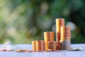 moeda no fundo da mesa e negócios ou finanças economizando dinheiro foto