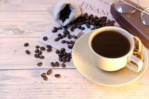 xícara de café na mesa e espaço para texto, café americano de manhã foto