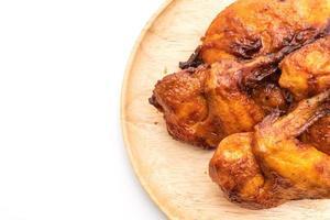 frango grelhado e churrasco na mesa foto