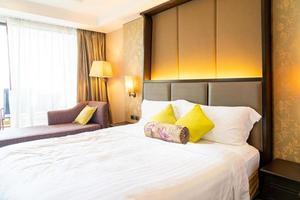 decoração de travesseiro confortável na cama no quarto do hotel foto