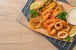 frutos do mar fritos de camarão e lula com vegetais misturados - estilo de comida não saudável foto