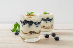 mirtilos frescos e iogurte com granola - estilo de comida saudável foto