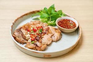 frango grelhado saboroso com pimenta e alho em um prato foto