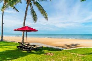 guarda-chuva e cadeiras com vista para o mar em hotel resort para conceito de viagens de férias foto