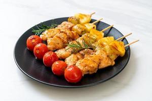 espeto de churrasco de frango grelhado no prato foto