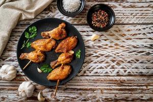 Churrasco de asas de frango grelhado com pimenta e alho foto