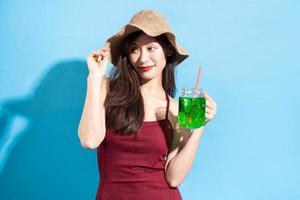 mulher asiática em maiô vermelho foto
