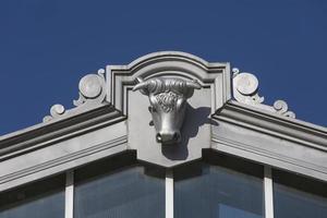 cabeça de touros, como ornamentos do velho navio de bezerros do matadero de madri, espanha foto