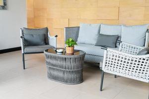 cadeira de pátio externa vazia e mesa com travesseiro foto