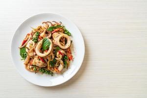 manjericão santo frito com polvo ou lula e ervas - estilo de comida asiática foto