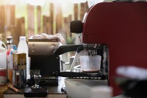 espresso derramando da máquina de café. fabricação de café profissional foto