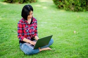 mulheres asiáticas sorriem alegremente e laptop. trabalhar online comunicação online mensagens de aprendizagem online conceito de comunicação online foto